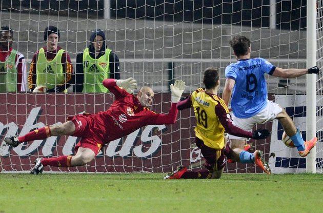 Tomáš Wágner z Boleslavi střílí gól brankáři Martinu Chudému z Dukly. Uprostřed je Lukáš Štětina z Dukly.