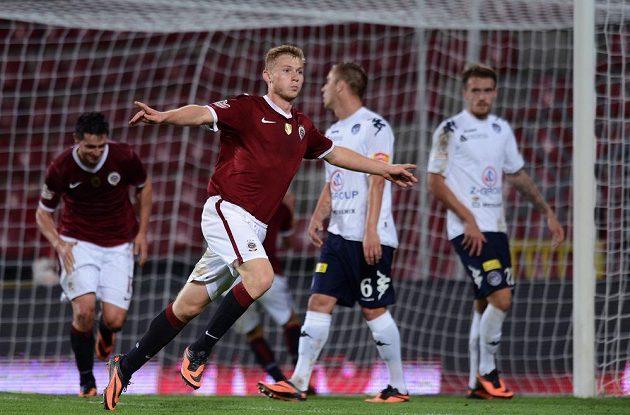 Obránce pražské Sparty Jakub Brabec oslavuje třetí gól v utkání proti Slovácku.