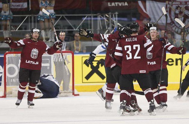 Hokejisté Lotyšska slaví gól proti Finsku.