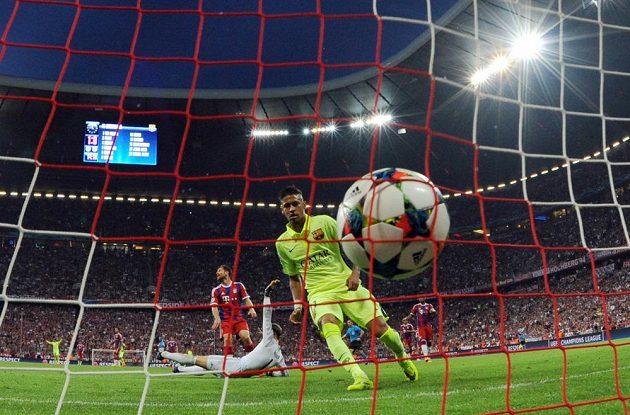 Neymar kontroluje míč směřující do branky Bayernu.