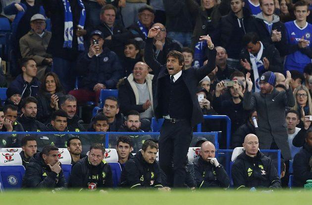 Trenér Chelsea Antonio Conte burcuje fanoušky na Stamford Bridge.