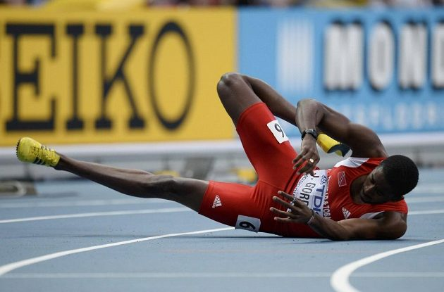 Jehue Gordon z Trinidadu a Tobaga padá na dráze ve finále běhu na 400 m překážek na MS v Moskvě.
