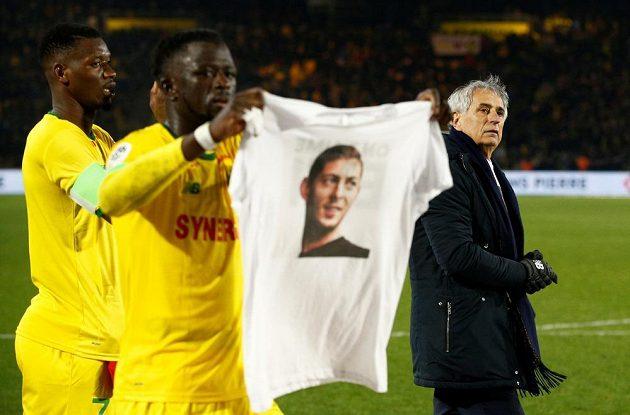 Fotbalisté francouzského FC Nantes vzdali hold svému kamarádovi, Emilianu Salovi, který zmizel při letu do nového působiště v Cardiffu.