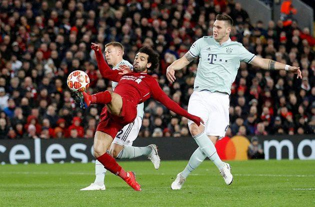 Joshua Kimmich a Niklas Süle z Bayernu se snaží zastavit Mohameda Salaha