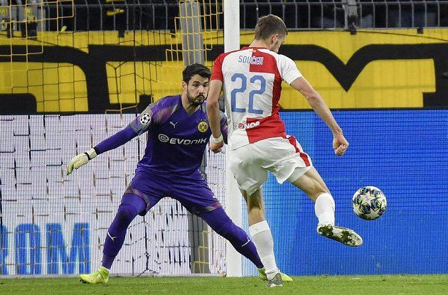 Slávista Tomáš Souček vyšel z tohoto souboje s gólmanem Dortmundu Romanem Bürkim vítězně.