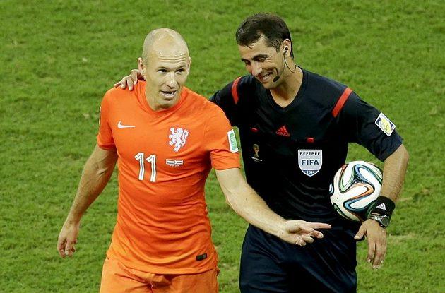 Rozhodčí Ravšan Irmatov z Uzbekistánu s Nizozemcem Arjenem Robbenem.
