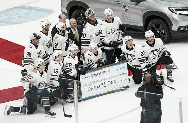 Vítězná Metropolitní divize se svou kořistí za vítězství v Utkání hvězd NHL.