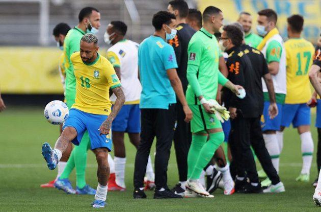 Brazilská policie začala vyšetřovat čtveřici argentinských fotbalistů, kvůli nimž se nedohrál nedělní zápas kvalifikace mistrovství světa v Sao Paulu. Hráči jsou podezřelí, že po příletu do země lhali úřadům, aby nemuseli do karantény.