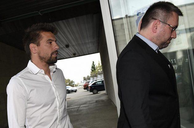 Útočník ostravského Baníku Milan Baroš a majitel klubu Petr Šafarčík (vpravo) vchází do jámy lvové.