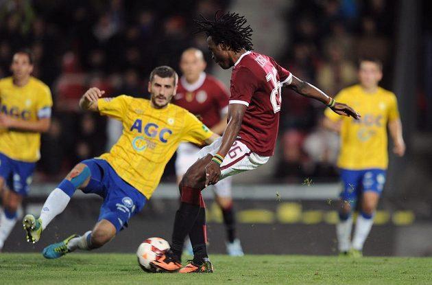 Sparťanský obránce Costa stříli druhý gól v utkání proti Teplicím.