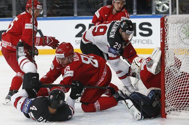 Kanadský střelec Nate MacKinnon se znovu dokázal prosadit v tlačenici před běloruskou brankou.