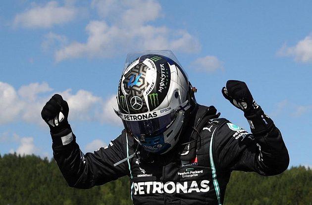 Úvodní závod nové sezony formule 1 Velkou cenu Rakouska vyhrál Valtteri Bottas z Mercedesu.
