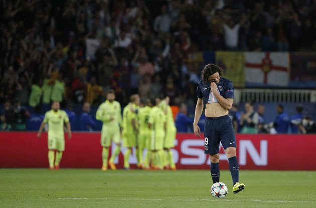Smutný útočník Paris St. Germain Edinson Cavani. V pozadí radující se fotbalisté Barcelony.
