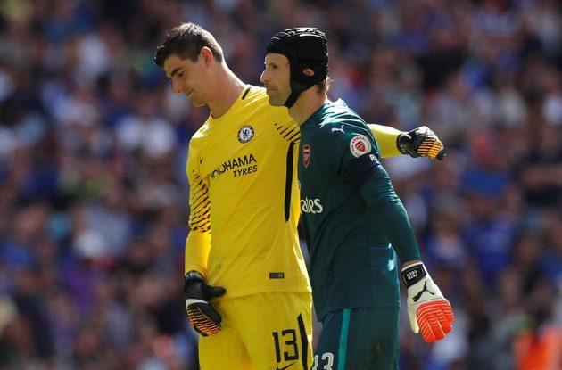 Petr Čech a brankář Chelsea Thibaut Courtois před penaltovým rozstřelem.