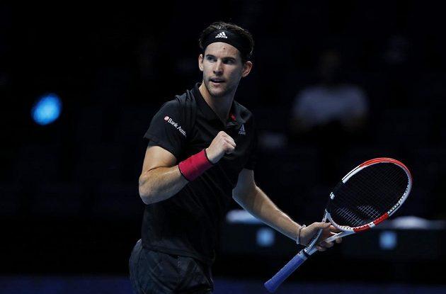 Rakouský tenista Dominic Thiem v akci během semifinále Turnaje mistrů.