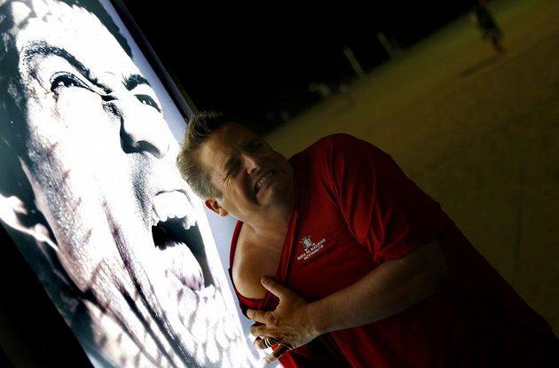 Další z fanoušků, který na pláži Copacabana v Riu odhaluje své rameno před reklamním billboardem s Luisem Suárezem.