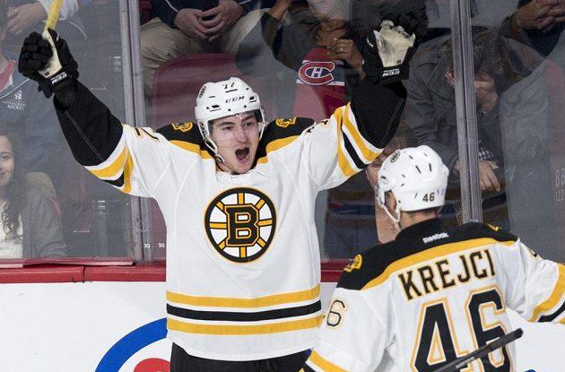 Český útočník David Krejčí (46) z Bostonu Bruins přijíždí gratulovat svému spoluhráči Franku Vatranovi (72), jenž se raduje ze své trefy do sítě Montrealu Canadiens.