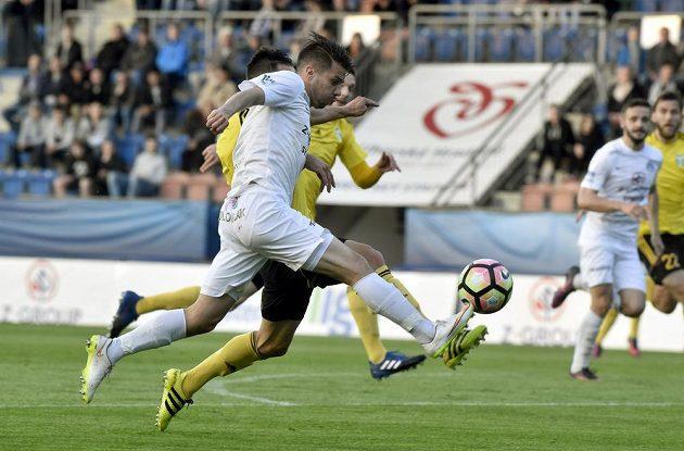 Jan Navrátil ze Slovácka v souboji s Pavlem Eismannem z Karviné v utkání 27. kola první fotbalové ligy.
