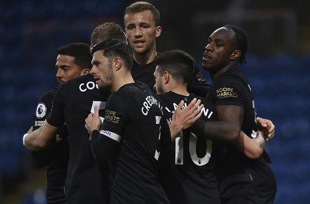 Michail Antonio (vpravo) z West Hamu se raduje se spoluhráči z gólu. Vzadu Tomáš Souček.
