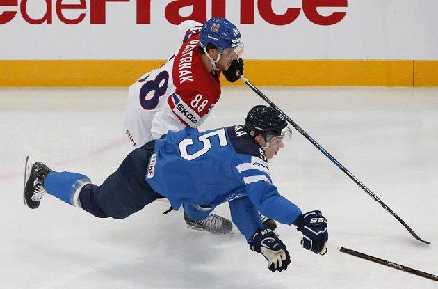 Český útoční David Pastrňák v souboji s Finem Atte Ohtamaou během utkání mistrovství světa 2017 v Paříži.