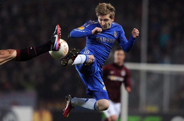 Marko Marin z Chelsea bojuje o míč v utkání se Spartou.
