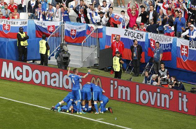 Slovenští fotbalisté se před svými fanoušky radují z vyrovnávacího gólu Dudy proti Walesu.