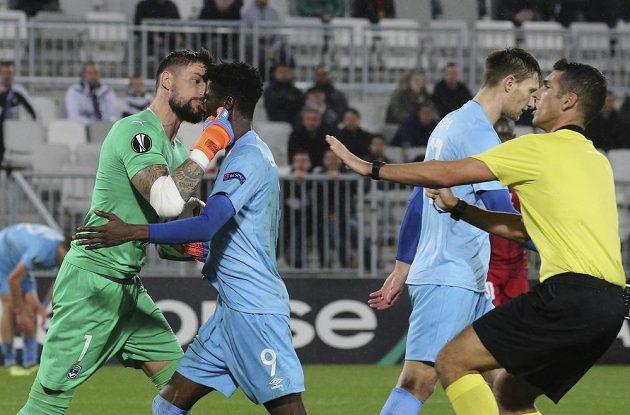 Gólman fotbalistů Bordeaux Benoit Costil se ocitl po jedné z ostřejších situací v utkání Evropské ligy v konfliktu se slávistou Peterem Olayinkou.