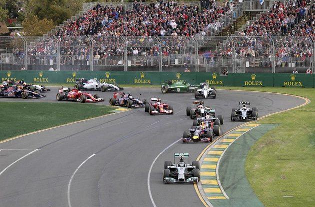 Situace těsně po startu VC Austrálie. Na čele mercedes Nico Rosberga.