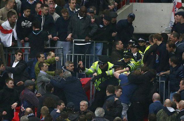 V hledišti při zápase Millwallu s Wiganem museli zasahovat policisté.