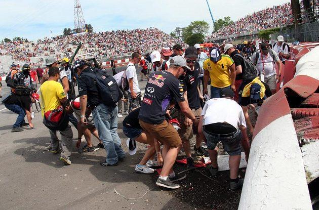 Fanoušci během korza po okruhu Gillese Villeneuva vzali místo havárie Felipeho Massy a Sergia Péreze útokem, úlomky z monopostů jsou cennou trofejí.