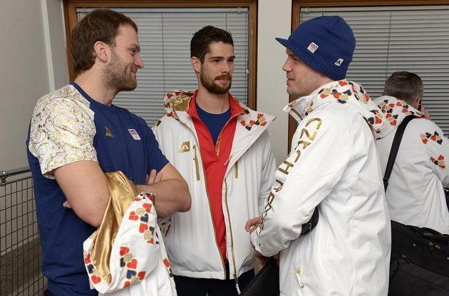 Do Soči vyrazili i hokejisté Michal Barinka (vlevo), Alexander Salák a Lukáš Krajíček.