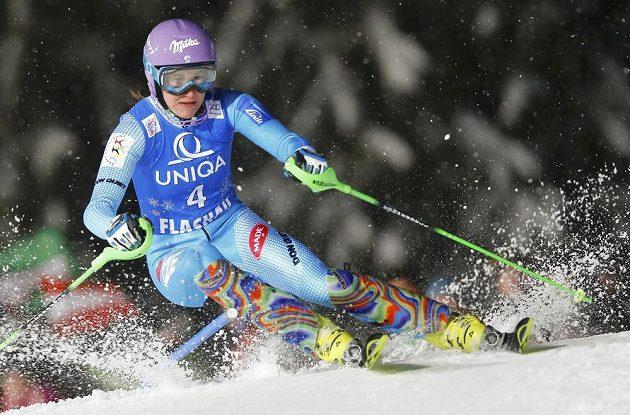 Šárka Strachová na trati slalomu SP ve Flachau.