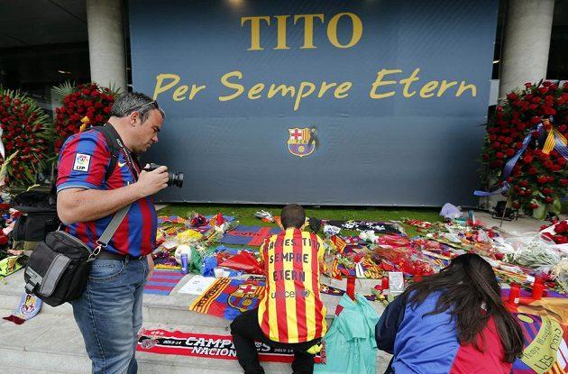 Růže, šály, vlajky. Fanoušci Barcelony se loučili se zesnulým Titem Vilanovou.