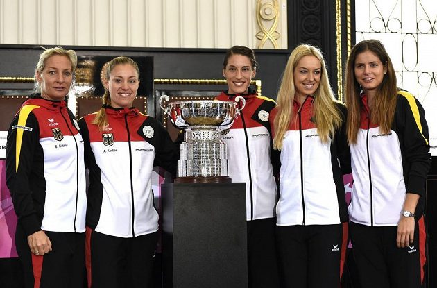 Německý fedcupový tým (zleva): kapitánka Barbara Rittnerová, Angelique Kerberová, Andrea Petkovičová, Sabine Lisickiová a Julia Goergesová během losování finále Fed Cupu dne 7. listopadu 2014 na Staroměstské radnici v Praze.