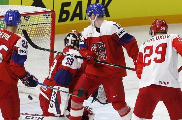 Český brankář David Rittich inkasuje v duelu s Ruskem první gól.