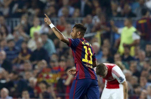 Barcelonský Neymar jásá, otevřel skóre proti Ajaxu.