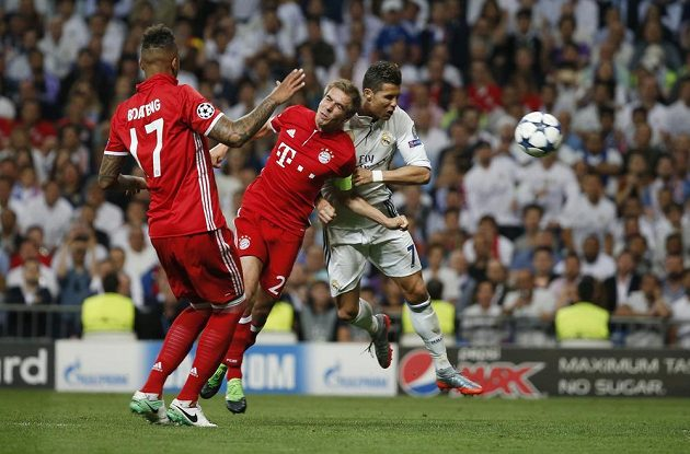 Cristiano Ronaldo se proti dvojici bránících hráčů Bayernu dokázal prosadit a vyrovnal na 1:1.