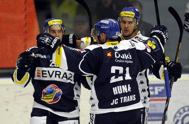 Hokejisté Vítkovic se radují z gólu v Plzni, jehož autorem je útočník Ondřej Roman (vlevo).