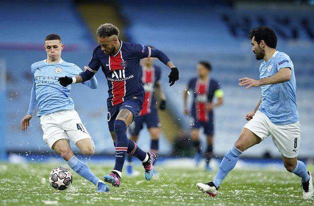 Neymar (uprostřed) z PSG se probíjí přes dvojici bránících hráčů Phil Foden (vlevo) a Ilkay Gündogan z Manchesteru City.