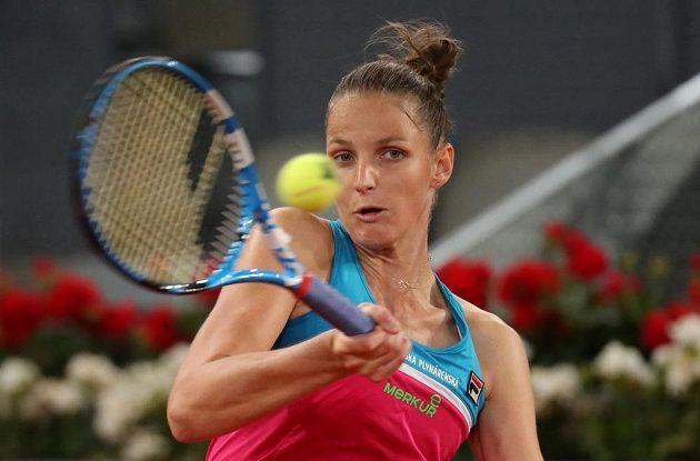 Česká tenistka Karolína Plíšková v akci během utkání na turnaji v Madridu.