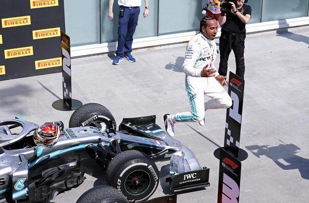 Lewis Hamilton oslavuje triumf ve Velké ceně Kanady.
