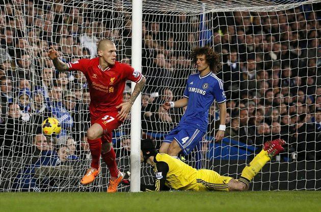 Martin Škrtel (37) slaví vedoucí gól Liverpoolu na hřišti Chelsea, když zblízka překonal brankáře Petra Čecha.