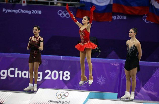 Trio nejlepších krasobruslařek olympijského závodu. Vyhrála Alina Zagitovová (uprostřed) před kolegyní z týmu nezávislých sportovců z Ruska Jevgenijí Medveděvovou. Bronz si odveze Kanaďanka Kaetlyn Osmondová.