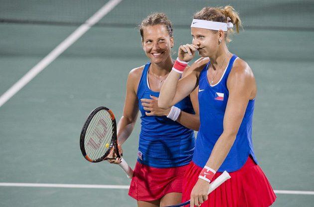 Barbora Strýcová (vlevo) a Lucie Šafářová si zápas s americkým párem užívaly.
