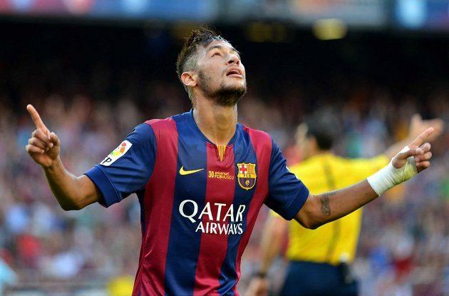 Neymar z Barcelony slaví gól proti Granadě.