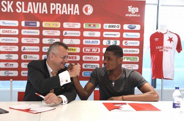 Simon Deli s Jaroslavem Tvrdíkem při podpisu smlouvy.