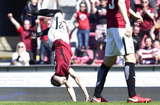 Autor druhého gólu Sparty Srdjan Plavšič oslavuje akrobaticky gól.