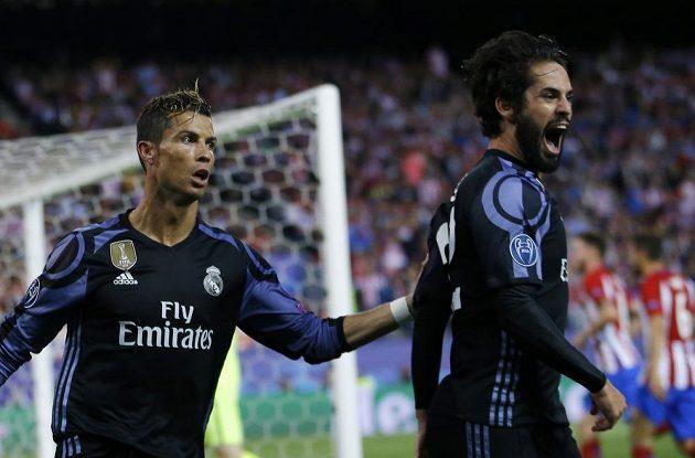 Isco (vpravo) a Cristiano Ronaldo z Realu po brance proti Atlétiku.