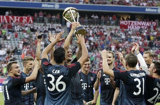 Hráči Bayernu Mnichov s trofejí pro vítěze Uli Höness Cupu.