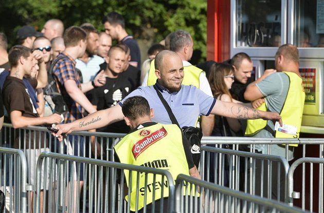 Kontrola fanoušků Baníku Ostrava před vstupem na plzeňský stadión před utkáním 5. kola první fotbalové ligy.